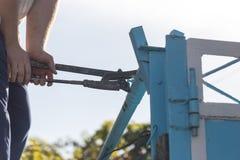 Ο εργαζόμενος στρίβει το γαλλικό κλειδί σωλήνων στοκ εικόνα
