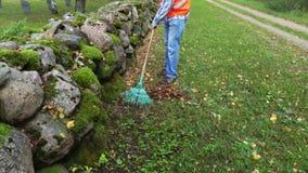 Ο εργαζόμενος συλλέγει τα φύλλα