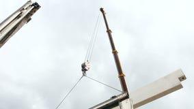 Ο εργαζόμενος συνδέει τους γάντζους γερανών με τη συγκεκριμένη δοκό στο ρυμουλκό φορτηγών φιλμ μικρού μήκους