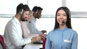 Ο εργαζόμενος τηλεφωνικών κέντρων θηλυκών συστήνει τους συναδέλφους της απόθεμα βίντεο