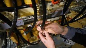 Ο εργαζόμενος τοποθετεί την τροφή ηλεκτρικής δύναμης διαίρεσης πινάκων διανομής απόθεμα βίντεο