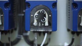 Ο εργαζόμενος των εγκαταστάσεων αρχίζει μια περισταλτική αντλία για τη σίτιση του οξέος και του αλκαλίου απόθεμα βίντεο