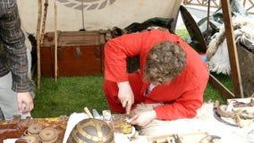 Ο εργαζόμενος Dacian κάνει μια επίδειξη της παραγωγής ενός κοσμήματος φιλμ μικρού μήκους
