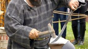 Ο εργαζόμενος Dacian κάνει μια επίδειξη της παραγωγής ενός ξίφους της μάχης απόθεμα βίντεο