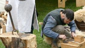 Ο εργαζόμενος Dacian κάνει μια επίδειξη της παραγωγής ενός πουκάμισου από το μέταλλο για τη μάχη απόθεμα βίντεο