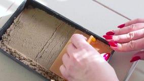 Ο εργαστηριακός βοηθός προετοιμάζει το χώμα για τη φύτευση των τροποποιημένων εγκαταστάσεων κίνηση αργή φιλμ μικρού μήκους