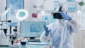 Ο ερευνητής ή ο επιστήμονας χρησιμοποιεί την εικονική πραγματικότητα μέσω της κάσκας VR φιλμ μικρού μήκους