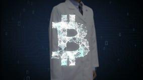 Ο ερευνητής, αγγιγμένη οθόνη μηχανικών, πολυάριθμα σημεία συλλέγει για να δημιουργήσει ένα σημάδι νομίσματος Bitcoin, Ιστός χαμηλ φιλμ μικρού μήκους