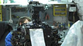 Ο ερευνητής δημιουργεί ένα σύγχρονο ρομπότ ή αρρενωπός Ελέγχει το μηχανισμό στο χέρι του ρομπότ Κατασκευή και κατασκευή φιλμ μικρού μήκους