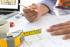 Ο εσωτερικός σχεδιαστής που συζητούν τα στοιχεία και το ψηφιακό lap-top ταμπλετών και υπολογιστών με το επιχειρησιακό έγγραφο και Στοκ εικόνες με δικαίωμα ελεύθερης χρήσης