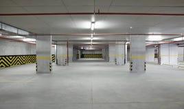 Ο εσωτερικός χώρος στάθμευσης αυτοκινήτων είναι κενός Στοκ εικόνες με δικαίωμα ελεύθερης χρήσης