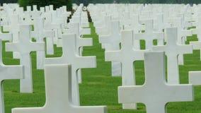 Ο ευθυγραμμισμένος άσπρος σταυρός στο νεκροταφείο απόθεμα βίντεο