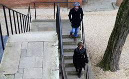 Ο λευκοί νεαρός άνδρας και η γυναίκα έντυσαν για το χειμώνα, smil Στοκ φωτογραφία με δικαίωμα ελεύθερης χρήσης