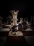 Ο λευκός βασιλιάς σκακιού συντρίβει το μαύρο βασιλιά σκακιού Στοκ εικόνες με δικαίωμα ελεύθερης χρήσης