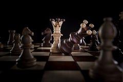Ο λευκός βασιλιάς σκακιού συντρίβει το μαύρο βασιλιά σκακιού Στοκ Φωτογραφίες