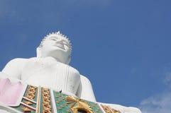 Ο λευκός Βούδας ενάντια στο μπλε ουρανό Στοκ εικόνες με δικαίωμα ελεύθερης χρήσης