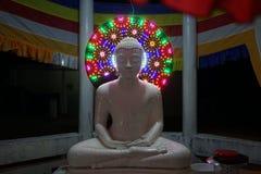 Ο λευκός Βούδας τη νύχτα στοκ φωτογραφία