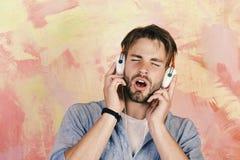 Ο ευρωπαϊκός τύπος έχει το χρόνο διασκέδασης Εύθυμα εφηβικά τραγούδια ακούσματος του DJ μέσω των ακουστικών Μουσικός τρόπος ζωής  στοκ εικόνες