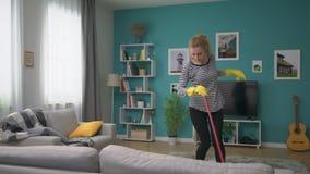 Ο ευρύς πυροβολισμός της γυναίκας καθαρίζει το πάτωμα στο άνετο διαμέρισμα και τους χορούς φιλμ μικρού μήκους