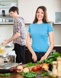Ο ευτυχής άνδρας και η γυναίκα κάνουν το γεύμα για τον Στοκ εικόνα με δικαίωμα ελεύθερης χρήσης