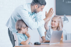 Ο ευτυχής δάσκαλος συγχαίρει το κορίτσι Στοκ Εικόνα