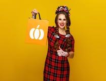 Ο ευτυχής αγοραστής στην παρουσίαση κοστουμιών αποκριών φυλλομετρεί επάνω Στοκ εικόνες με δικαίωμα ελεύθερης χρήσης