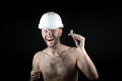 Ο ευτυχής ανθρακωρύχος παρουσιάζει ασημένιο ψήγμα Στοκ φωτογραφία με δικαίωμα ελεύθερης χρήσης