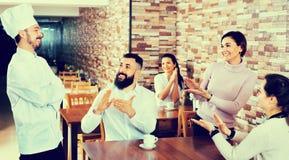 Ο ευτυχής αρχιμάγειρας ακούει τον έπαινο των τροφίμων Στοκ φωτογραφία με δικαίωμα ελεύθερης χρήσης