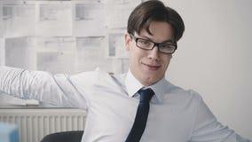 Ο ευτυχής αστείος επιχειρηματίας παρουσιάζει έναν αντίχειρα στη κάμερα στην αρχή 4K απόθεμα βίντεο