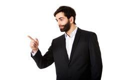 Ο ευτυχής επιχειρηματίας δείχνει το δάχτυλό του Στοκ εικόνες με δικαίωμα ελεύθερης χρήσης