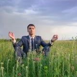 Ο ευτυχής επιχειρηματίας υπαίθριος κάνει την άσκηση γιόγκας Στοκ Φωτογραφία