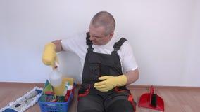 Ο ευτυχής εργαζόμενος που ελέγχει τον καθαρίζοντας εξοπλισμό και παρουσιάζει αντίχειρα φιλμ μικρού μήκους