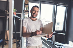Ο ευτυχής καθιερώνων τη μόδα ενήλικος επιχειρηματίας στέκεται στο άνετο γραφείο Στοκ φωτογραφία με δικαίωμα ελεύθερης χρήσης