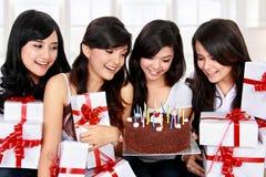 Ο ευτυχής νέος φίλος γυναικών γιορτάζει τα γενέθλια Στοκ εικόνα με δικαίωμα ελεύθερης χρήσης