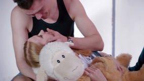 Ο ευτυχής νεαρός άνδρας κτυπά ήπια το μάγουλο συνεργατών του ` s απόθεμα βίντεο