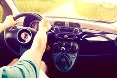Ο ευτυχής οδηγός πηγαίνει στις διακοπές στοκ εικόνες