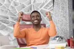 Ο ευτυχής συγκινημένος επιχειρηματίας γιορτάζει την επιτυχία του Νικητής, μαύρος στην ανάγνωση γραφείων στο lap-top, διάστημα αντ στοκ εικόνα