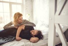 Ο ευτυχής σύζυγος αγκαλιάζει στο κρεβάτι στοκ φωτογραφίες με δικαίωμα ελεύθερης χρήσης