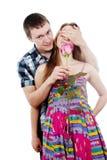 Ο ευτυχής τύπος δίνει ένα κορίτσι αυξήθηκε Στοκ Φωτογραφίες