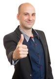 Ο ευτυχής φαλακρός επιχειρηματίας παρουσιάζει αντίχειρες Στοκ Φωτογραφίες