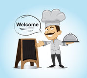 Ο ευτυχής χαρακτήρας αρχιμαγείρων στέκεται και κρατά την κάλυψη πιάτων Στοκ φωτογραφίες με δικαίωμα ελεύθερης χρήσης