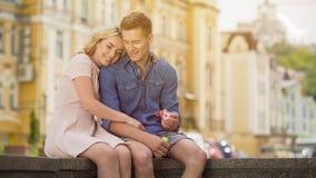 Ο ευτυχείς άνδρας και η γυναίκα που απολαμβάνουν τον ξένοιαστο θερινό χρόνο, που κάνει το σαπούνι βράζουν, ημερομηνία Στοκ Εικόνα