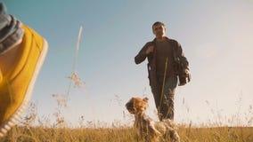 Ο ευτυχείς οικογενειάρχης και η γυναίκα τρέχουν το σε αργή κίνηση βίντεο περπατώντας στο κορίτσι φύσης που οργανώνεται σε έναν το απόθεμα βίντεο