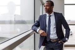 Ο ευχάριστος νέος επιχειρηματίας απολαμβάνει τη θέα Στοκ φωτογραφίες με δικαίωμα ελεύθερης χρήσης