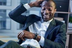 Ο εύθυμος επιχειρηματίας εκφράζει την κατάπληξη ελέγχοντας wristwatch Στοκ φωτογραφίες με δικαίωμα ελεύθερης χρήσης