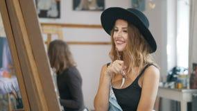 Ο εύθυμος θηλυκός καλλιτέχνης σύρει την εικόνα φιλμ μικρού μήκους