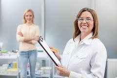 Ο εύθυμος ιατρός παθολόγος είναι έτοιμος να εργαστεί Στοκ Εικόνες