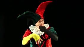 Ο εύθυμος κλόουν mime παρουσιάζει χέρια του φιλμ μικρού μήκους