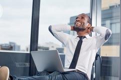 Ο εύθυμος νέος επιχειρηματίας εκφράζει την ευτυχία Στοκ Φωτογραφίες