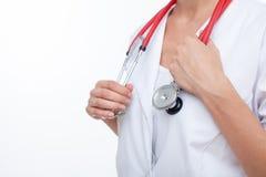 Ο εύθυμος νέος θηλυκός ιατρός παθολόγος είναι Στοκ Φωτογραφία